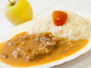 Bulharský džuveč z vepřového masa a zeleniny, rýže