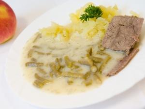 Fazolové lusky na smetaně, hovězí maso, brambory