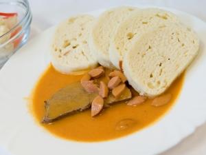 Frankfurtská omáčka, telecí maso, houskový knedlík