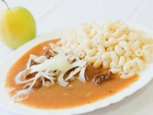 Hovězí guláš s cibulkou, těstoviny