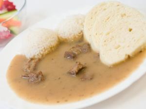 Hovězí maso na houbách, rýže nebo houskový knedlík