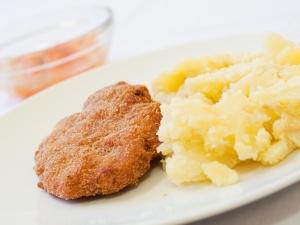 Kapustové karbanátky s masem, šťouchané brambory s cibulkou