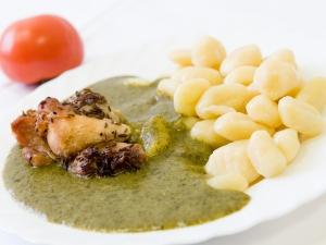Králičí pečené maso, bramborové noky, špenát