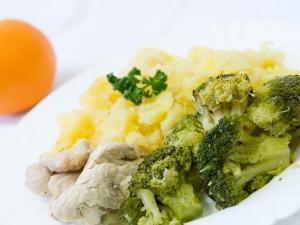 Krůtí plátek, brokolice, brambory vařené