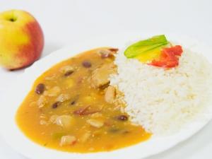 Kuřecí nudličky na kari, rýže