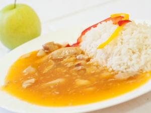 Kuřecí nudlička v sladkokyselé omáčce, rýže dušená