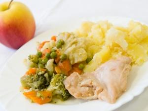 Kuřecí plátek, restovaná zelenina, brambory