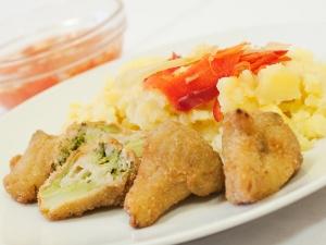 Obalovaná brokolice, brambory vařené