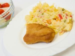 Obalovaná treska, bramborový salát