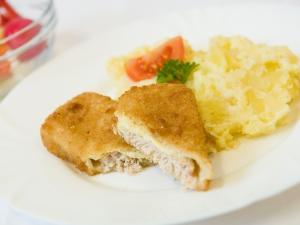 Obalovaný losos s koprovou omáčkou, brambor