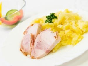 Pečená kuřecí pochoutka, šťouchané brambory