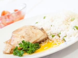 Pečené kuřecí stehno, hrášková rýže