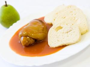 Plněný paprikový lusk v rajské omáčce, houskový knedlík