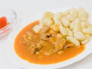 Plovdivské maso, bramborové noky