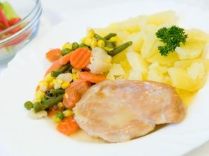 Přírodní kuřecí plátek, restovaná zelenina