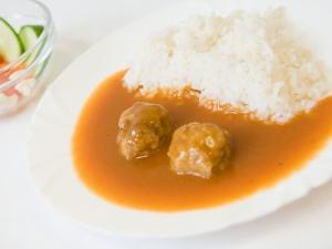 Rajská omáčka, masové kuličky, rýže