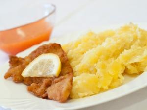 Smažené rybí filé, brambory šťouchané