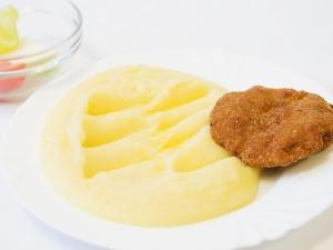 Smažený karbanátek, bramborová kaše