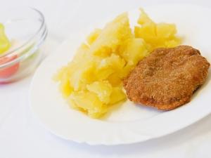 Smažený karbanátek, brambory