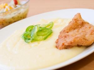 Smažený kuřecí řízek, bramborová kaše