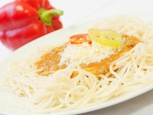 Špagety s mletým masem, sypané sýrem