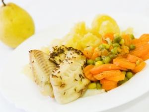 Tilápie na kmínu, restovaná zelenina, brambory