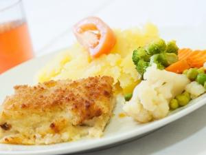 Treska s pikantní omáčkou, dušená zelenina, brambory