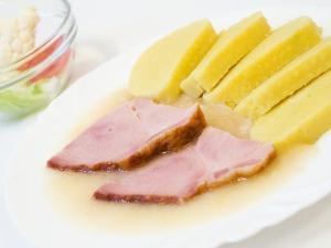 Uzená krkovice, bramborovy knedlik, zelí