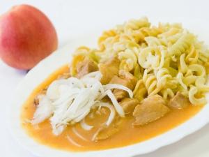Vepřový guláš, těstoviny
