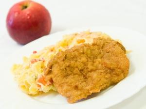 Vepřový řízek, bramborový salát